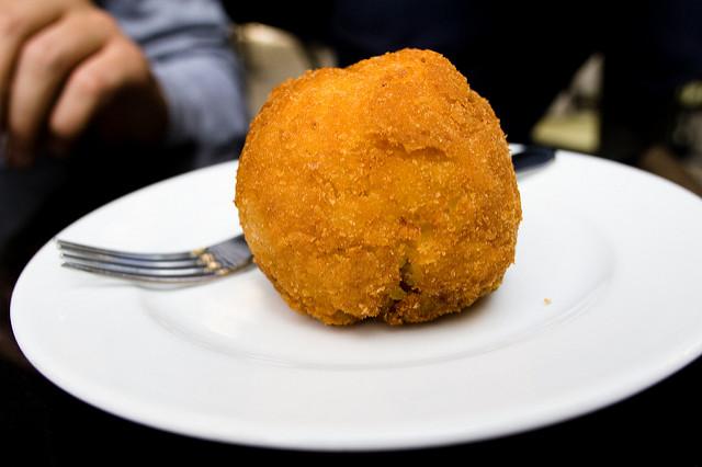 Come si mangia l'arancino? Dalla base o dalla punta?